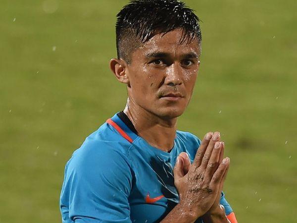 पहलवान विनेश फोगाट और हॉकी टीम के कप्तान मनप्रीत सिंह के बाद अब फुटबॉल कप्तान सुनील छेत्री भी कोरोना पॉजिटिव हो गए हैं। विनेश और मनप्रीत 2020 के अगस्त में पॉजिटिव हुए थे। - Dainik Bhaskar