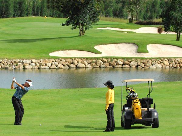 थाई सरकार ने महामारी के दौरान अपने बीमार पर्यटन क्षेत्र को बढ़ावा देने के लिए गोल्फ क्वारेंटाइन स्कीम भी लागू की है।