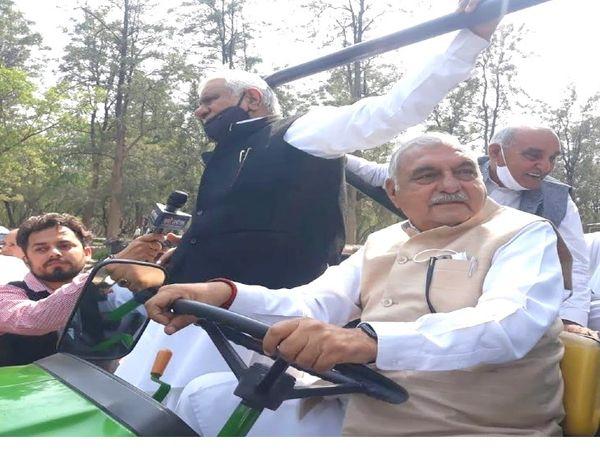 हरियाणा के पूर्व मुख्यमंत्री भुपेंद्र सिंह हुड्डाका एक वीडियो सामने आया है जिसमें वह एक ट्रैक्टर पर बैठे हुए हैं और महिला विधायक उस ट्रैक्टर को रस्सी के जरिये खींच रही हैं। - Dainik Bhaskar