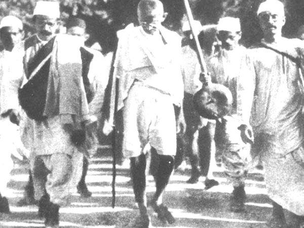 महात्मा गांधी ने 12 मार्च 1930 को 81 सत्याग्रहियों के साथ अहमदाबाद के साबरमती आश्रम से नवसारी जिले के दांडी गांव के लिए पैदल कूच किया था।