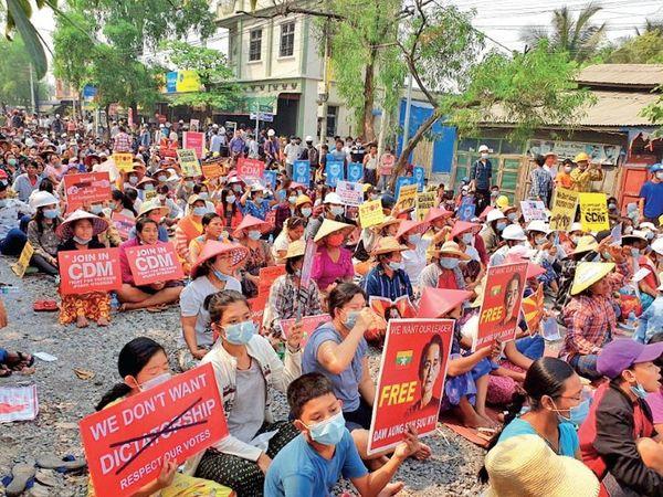 In Yangon, women are also protesting peacefully.  - Dainik Bhaskar