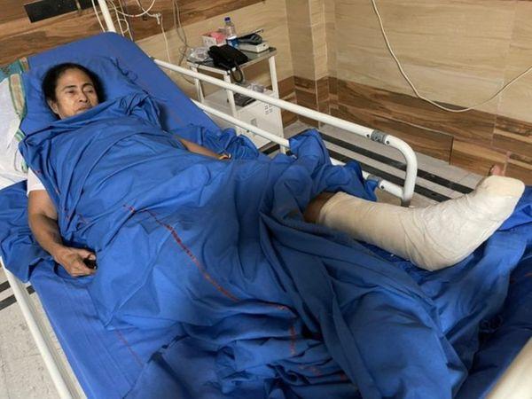कोलकाता के SSKM अस्पताल में भर्ती ममता बनर्जी, पैर में क्रैक।