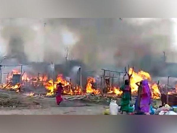 होशियारपुर जिले के गांव सिकरी में झुग्गियों में लगी आग से सहमे लोग और धुएं के गुब्बार में घिरा इलाका। - Dainik Bhaskar