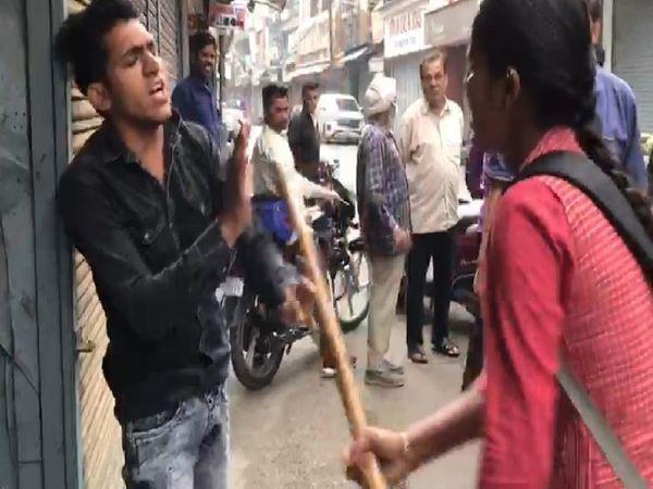 छात्रा थाना सदर बाजार क्षेत्र के रजबन बाजार इलाके की रहने वाली है, वह शुक्रवार सुबह अपने कॉलेज जा रही थी - Dainik Bhaskar
