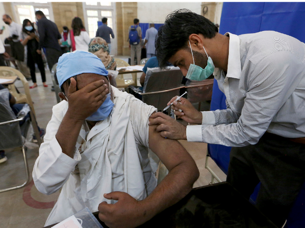 Vaccination is going on in Pakistan with the help of Chinese Vaccine Sinoform.  People 60 years or older are being vaccinated here.  - Dainik Bhaskar
