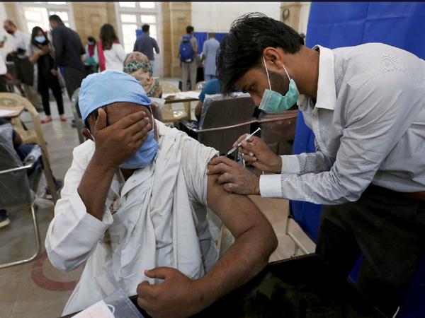 पाकिस्तान में चीनी वैक्सीन सिनोफार्म की मदद से वैक्सीनेशन चल रहा है। यहां 60 साल या उससे ज्यादा उम्र के लोगों को टीका लगाया जा रहा है। - Dainik Bhaskar