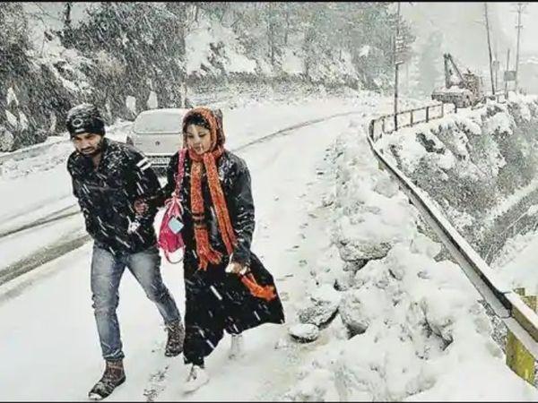 हिमाचल प्रदेश के हिल स्टेशन कुफरी में शुक्रवार सुबह काफी बर्फबारी हुई है।