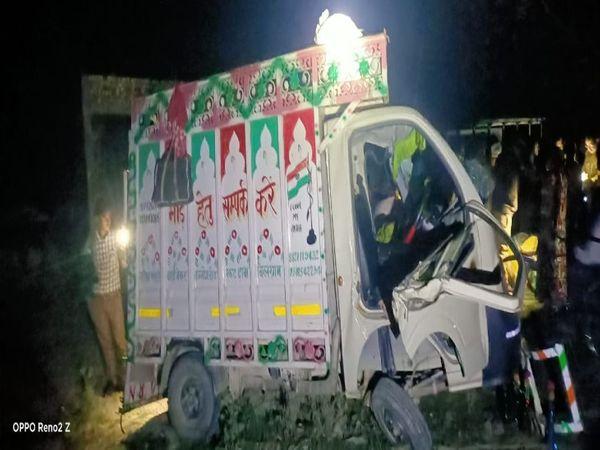 हरदी थाना क्षेत्र के रामपुरवा चौकी क्षेत्र में शनिवार तड़के लगभग चार श्रमिकों से भरी पिकअप अनियंत्रित होकर पेड़ से टकरा गई जिसमें एक शख्स घायल हो गया। - Dainik Bhaskar