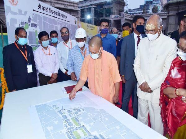 श्रीकाशी विश्वनाथ मंदिर में बन रहे कॉरिडोर का निरीक्षण किए।