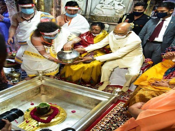 राष्ट्रपति रामनाथ कोविंदश्रीकाशीविश्वनाथ मंदिर में परिवार संग दुग्धाभिषेक करते हुए। - Dainik Bhaskar