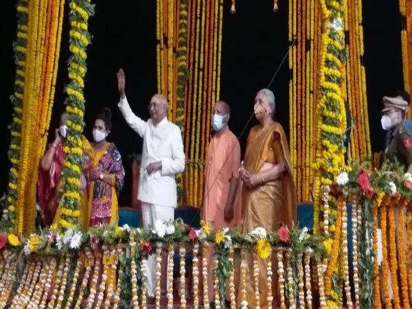 गंगा आरती देख कर काशीवासियों का हाथ हिलाकर अभिवादन किए।
