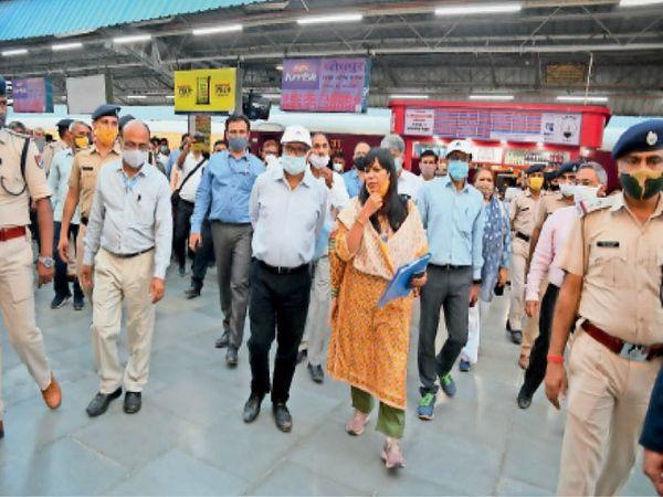 उप रेलवे के महाप्रबंधक आनंद प्रकाश ने डीआरएम गीतिका पांडेय के साथ कार्यों का निरीक्षण किया। - Dainik Bhaskar