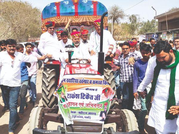 किसान नेता राकेश टिकैत शुक्रवार काे खारिया खंगार में 'कांग्रेस के ट्रैक्टर' पर सवार नजर आए। - Dainik Bhaskar