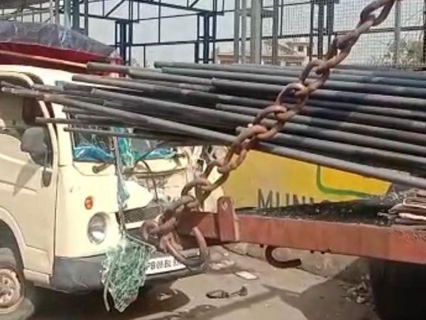 सरिया घुसने की वजह से क्षतिग्रस्त हुआ टाटा ऐस। - Dainik Bhaskar