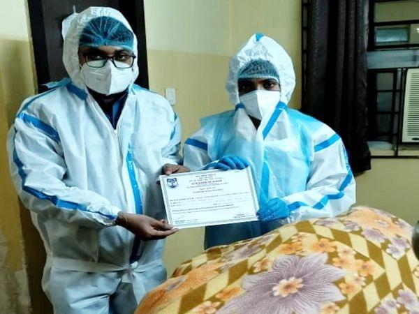 नेत्रदान का सर्टिफिकेट दिखाते डॉक्टर। - Dainik Bhaskar
