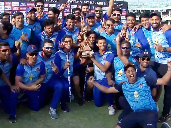 विजय हजारे ट्रॉफी के साथ मुंबई की टीम।
