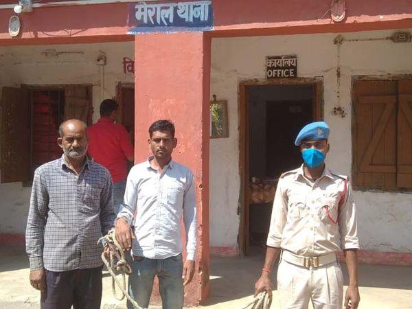 गिरफ्तार आरोपियों में गढ़वा थाना क्षेत्र के गुरदी गांव निवासी कौसर अंसारी (50) और मंजूर अंसारी (32) शामिल है। - Dainik Bhaskar