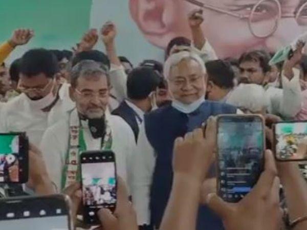 JDU कार्यालय में CM नीतीश कुमार और उपेंद्र कुशवाहा।