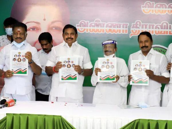 तमिलनाडु के मुख्यमंत्री ई पलानीस्वामी विधानसभा चुनाव को लेकर पार्टी का मैनिफेस्टो जारी करते हुए।