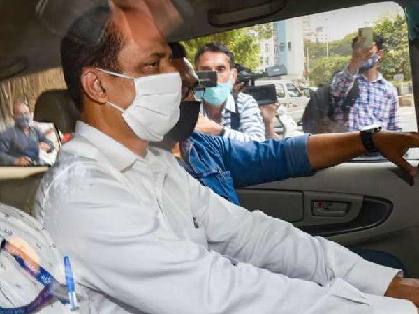सचिन वझे की यह तस्वीर रविवार की है, जब उन्हें अदालत से एनआईए ऑफिस ले जाया जा रहा था। - Dainik Bhaskar