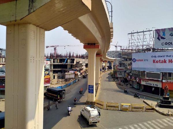 नागपुर की मुख्य सड़क पर इक्का-दुक्का लोग ही नजर आए। जरूरी सेवाओं को छोड़कर सभी दुकानें बंद हैं और कॉलोनियों में सन्नाटा पसरा है।