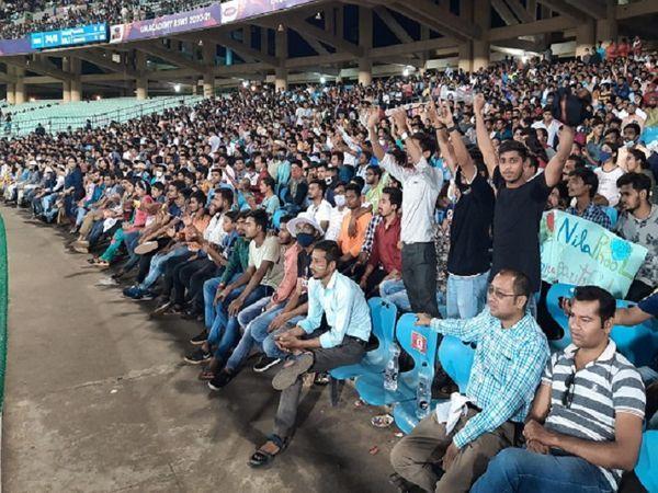 रोड सेफ्टी वर्ल्ड सिरीज के दौरान नवा रायपुर के आंतरिक क्रिकेट स्टेडियम की दर्शक दीर्घा में ऐसे नजरे रोज दिख रहे हैं।