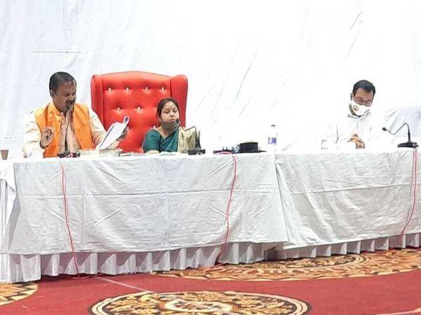 साधारण सभा में मंचासीन महापौर, उपमहापौर व आयुक्त