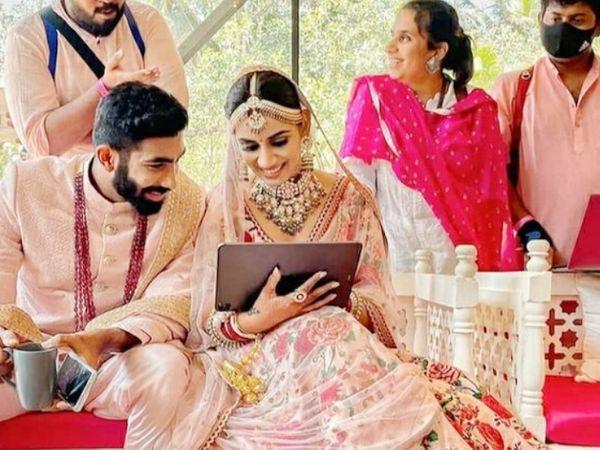 भारतीय तेज गेंदबाज जसप्रीत बुमराह ने टीवी एंकर संजना गणेशन से शादी की। - Dainik Bhaskar