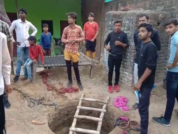 इसी टैंक में गिरे बच्चे को बचाने में चार और लोगों ने गंवाई जान। - Dainik Bhaskar