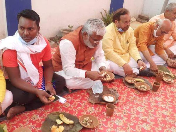 सुल्तानपुर में दलित के घर फलाहार करते भाजपा प्रदेश अध्यक्ष स्वतंत्र देव सिंह। (बाएं से दूसरे) - Dainik Bhaskar