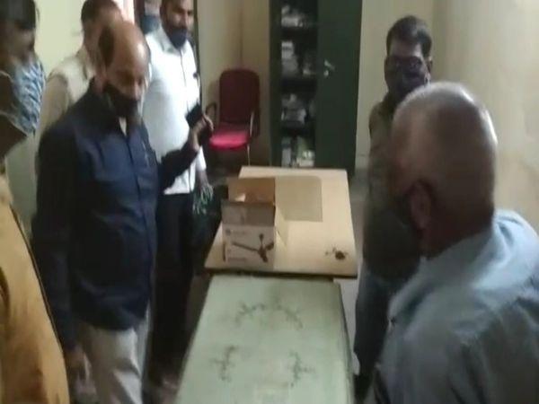 रिकॉर्ड रूम में जांच करती फोरेंसिक एक्सपर्ट अखिलेश भार्गव और उनकी टीम।