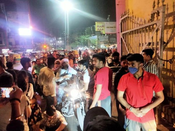 पुलिस द्वारा कार्रवाई के आश्वासन के बाद छात्रों ने प्रदर्शन समाप्त किया। - Dainik Bhaskar