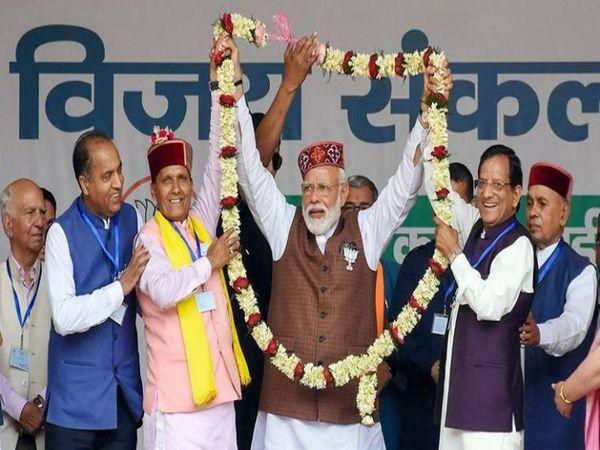 फूलमाला पहनाकर प्रधानमंत्री मोदी का स्वागत करते राम स्वरूप शर्मा।