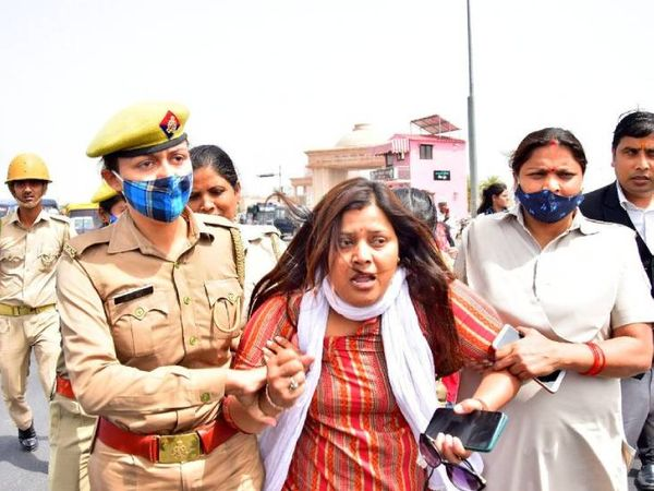 पुलिस ने प्रदर्शनकारी कार्यकर्ताओं को हिरासत में लिया।