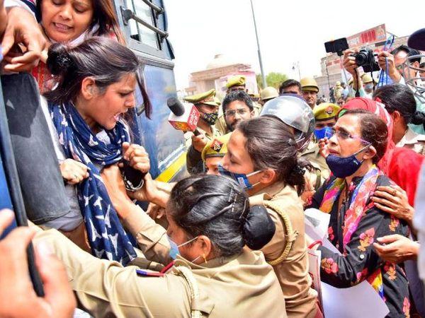 कार्यकर्ताओं को हिरासत में लेने के बाद रिहा किया गया।