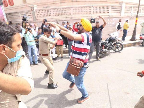 पुलिस ने आप कार्यकर्ताओं को डंडों से पीटा। - Dainik Bhaskar