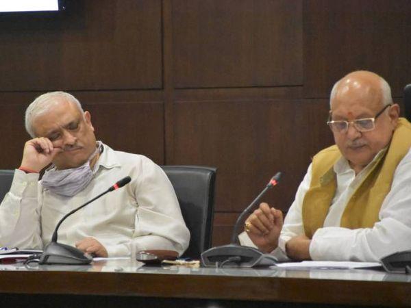 बगल बैठे कृषि मंत्री ने भी प्रमुख सचिव पर ध्यान नहीं दिया।