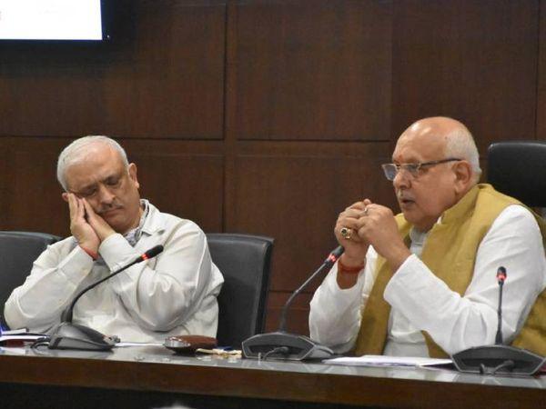 कृषि मंत्री सूर्य प्रताप शाही की प्रेस कांफ्रेंस में प्रमुख सचिव देवेश चतुर्वेदी साेते नजर आए। - Dainik Bhaskar