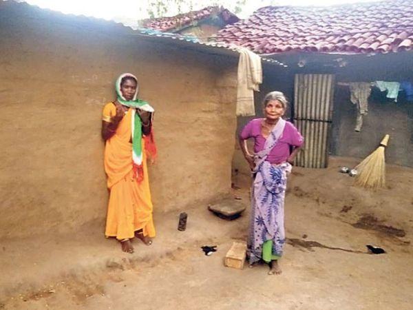 झोपड़ीनुमा घर में संतोषी की मां कोइली देवी और उसकी दादी।