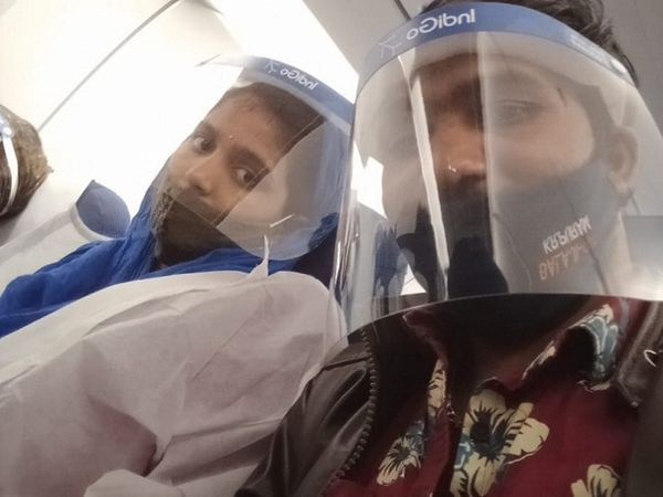विमान में डिलीवरी से पहले ललिता और उनके पति भैरो सिंह।