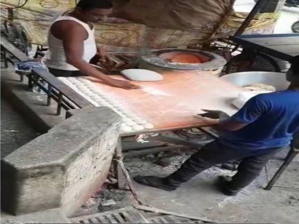 रोटी बनाते समय उस पर थूकता एक शख्स - Dainik Bhaskar