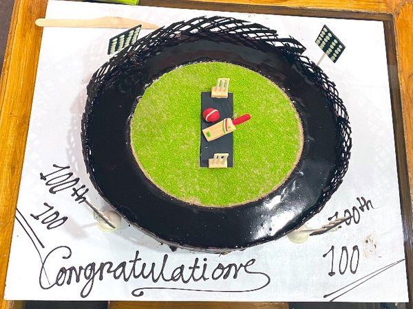 ये केक सचिन के 100 शतक पूरे होने की खुशी में बनाया गया था, जिसकी होली खेली गई थी।