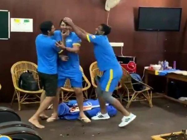 चित्रा रायपुर के क्रिकेट स्टेडियम के ड्रेसिंग रूम की है।  केक की होली खेलकर पूरे ड्रेसिंग रूम में खिलाड़ियों ने खूब मस्ती की।