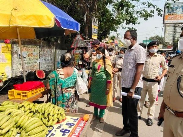 रेहड़ी पर दुकान लगाने वालों को भी नियमों का पालन करने का निर्देश दिया गया।