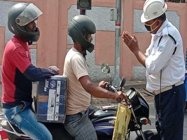इस दौरान ट्रैफिक पुलिस के जवान विनम्रता से लोगों से मास्क पनने की अपील की। - Dainik Bhaskar