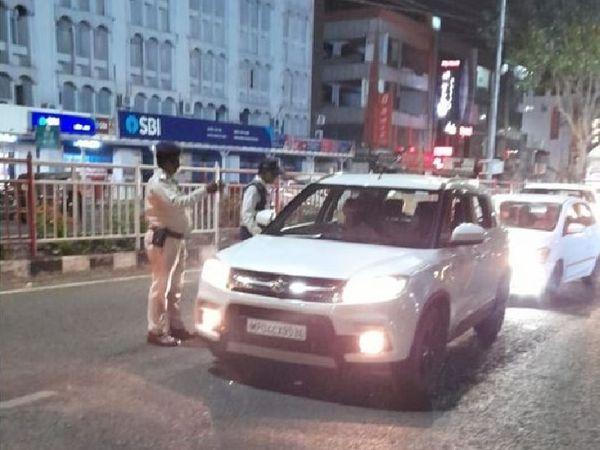 On the first day of the night curfew, Bhopal and Indore closed the market at 10 o'clock, the police took notes on the names of the people who came out | नाइट कर्फ्यू की पहली रात भोपाल-इंदौर में बाजार 10 बजे से बंद, बाहर निकले लोगों के नाम पुलिस ने किए नोट; ग्वालियर-जबलपुर में मामूली सख्ती