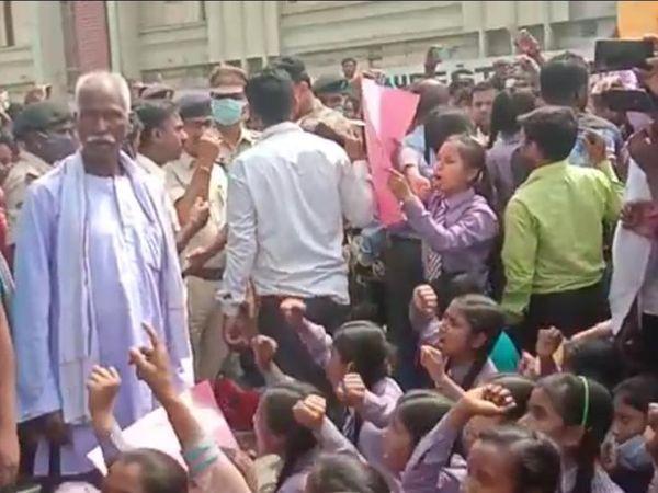 बगहा अनुमंडल अस्पताल के बाहर हंगामे में मौजूद स्कूली लड़कियां।