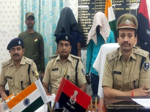गिरफ्तार साइबर ठगों के साथ पुलिस के आलाधिकारी। - Dainik Bhaskar