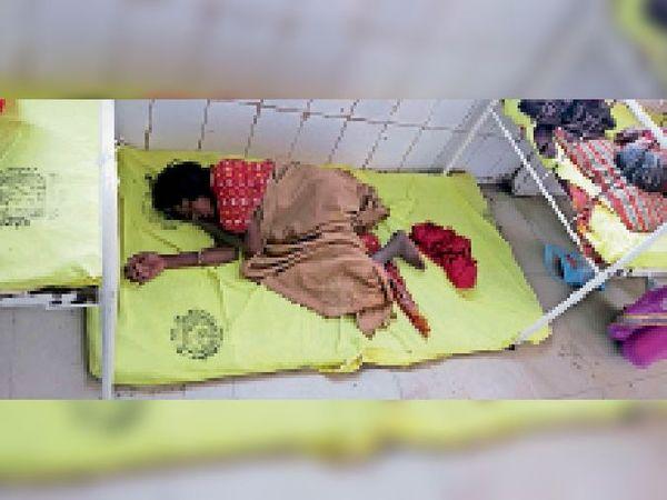 दैनिक भास्कर की पहल पर बुधवार की रात पुलिस द्वारा भर्ती कराई गई महिला एसकेएमसीएच में बेड पर सोई हुई। अगले ही दिन वह गायब हो गई। - Dainik Bhaskar