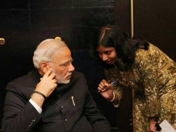 IFS निहारिका सिंह बड़े-बड़े नेताओं के साथ फोटो खिंचवाती और इसके बाद अजीत अपनी पत्नी का फोटो दिखाकर लोगों को आसानी से झांसे में ले लेता था। (फाइल) - Dainik Bhaskar
